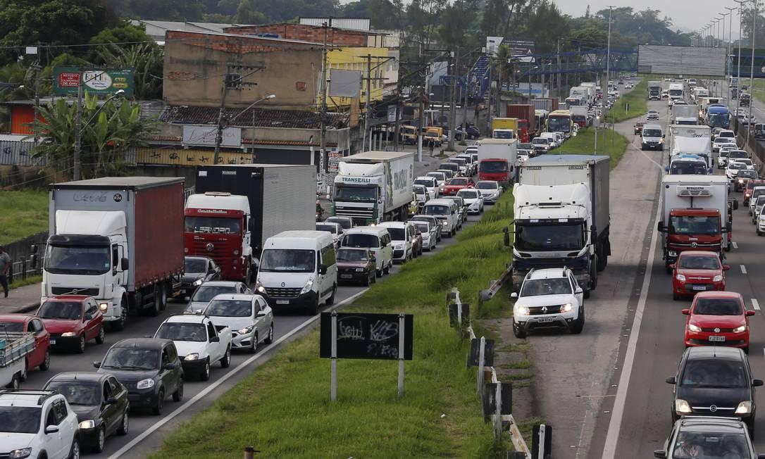 Drive thru para tentar tomar a vacina causou engarrafamento na BR-040 Foto: Fabiano Rocha / Agência O Globo - 05/03/2021