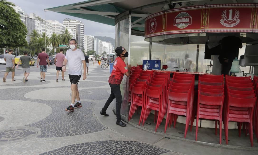 Quiosques foram fechados em Copacabana, Zona Sul do Rio Foto: Domingos Peixoto / Agência O Globo