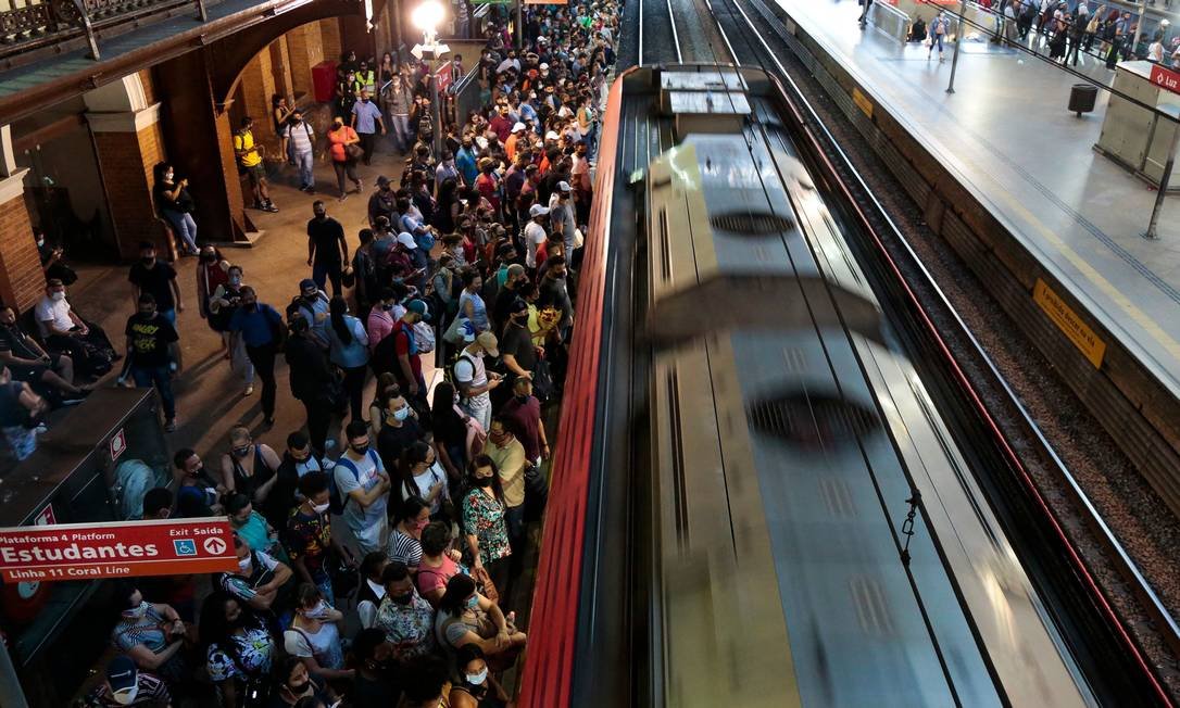 Estação da Luz, em São Paulo, ficou lotada nesta sexta-feira Foto: MIGUEL SCHINCARIOL/AFP / MIGUEL SCHINCARIOL/AFP