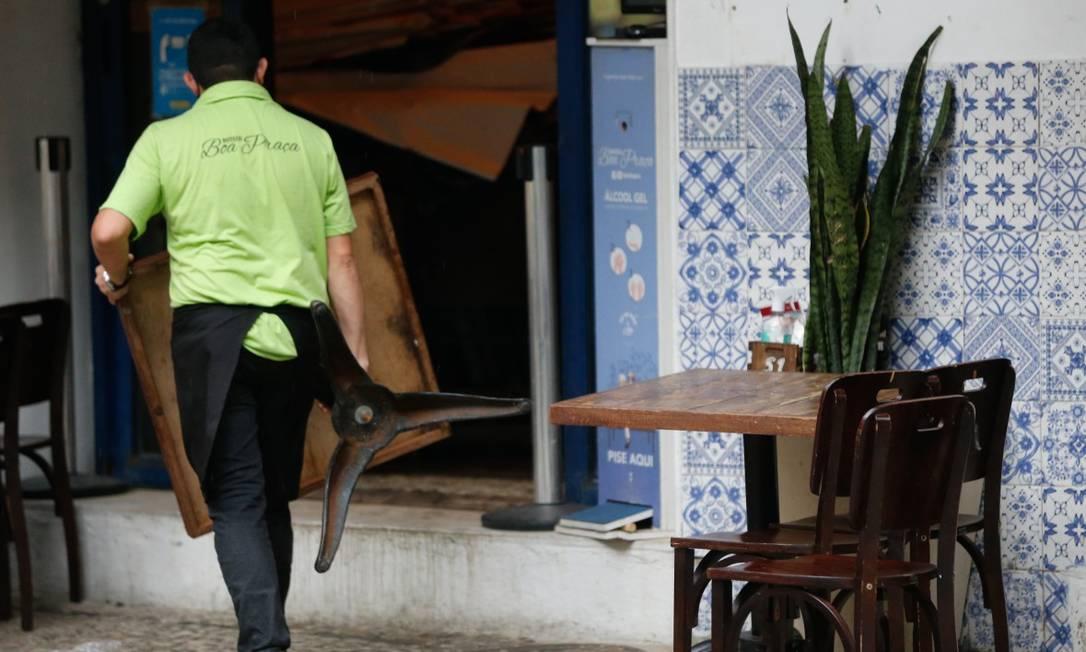 Prefeitura do Rio determina funcionamento de bares e restaurantes até as 17h, mas liminar da Justiça muda fechamento para as 20h Foto: Roberto Moreyra / Agência O Globo