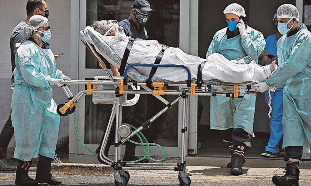 Paciente com Covid-19 é transferido do Hospital Regional da Asa Norte, no Distrito Federal Foto: Pablo Jacob