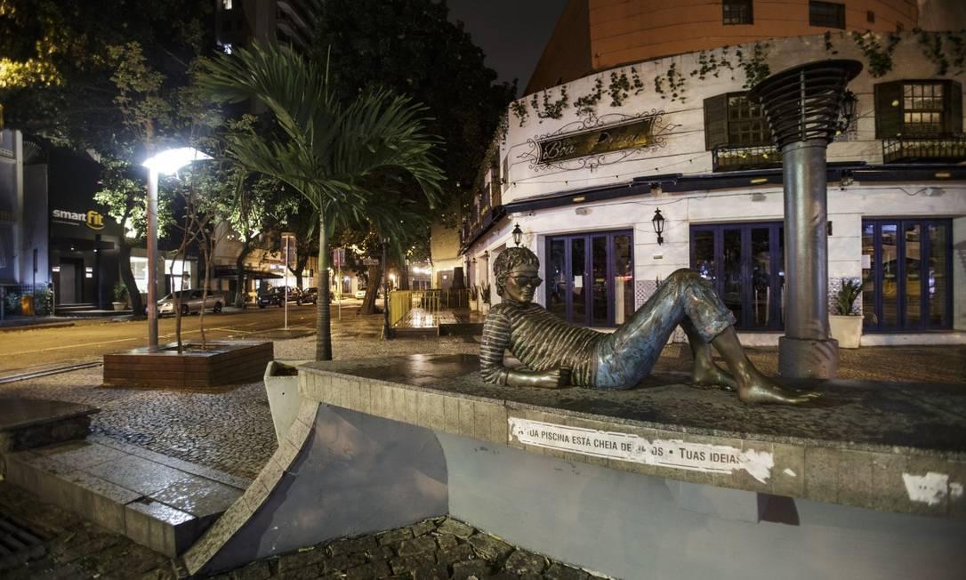 Praça Cazuza, no Leblon: cenário irreconhecível e monumento solitário. Regras contra Covid-19 foram respeitadas Foto: Alexandre Cassiano / Agência O Globo