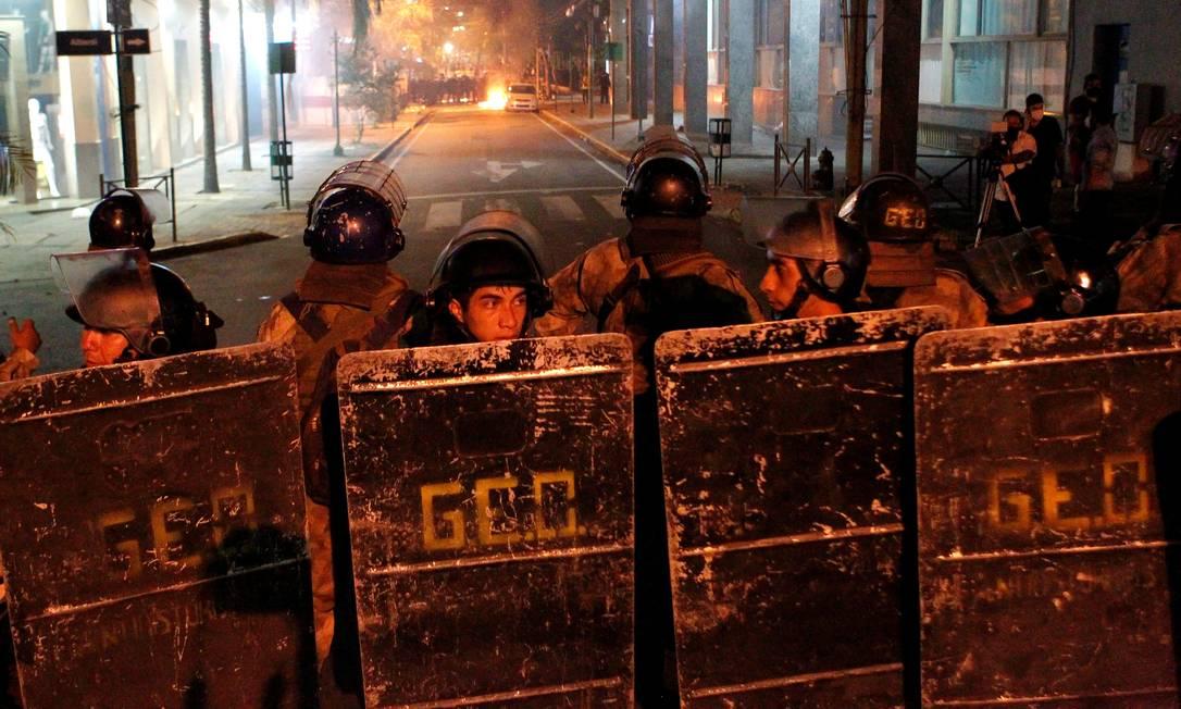 Policiais de choque em formação para coibir protesto contra as políticas de saúde do presidente Mario Abdo Benítez Foto: CESAR OLMEDO / REUTERS