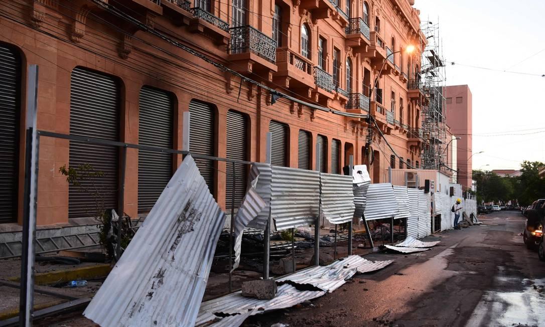 Danos causados ao Ministério da Fazenda no dia seguinte aos protestos que deixaram um morto e 38 feridos, depois de confrontos com a polícia em Assunção Foto: NORBERTO DUARTE / AFP