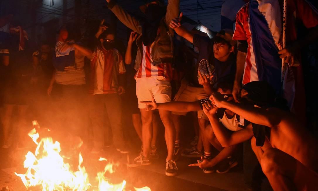 Manifestantes se reúnem em barricada de fogo em protesto contra o presidente Mario Abdo Benítez Foto: NORBERTO DUARTE / AFP