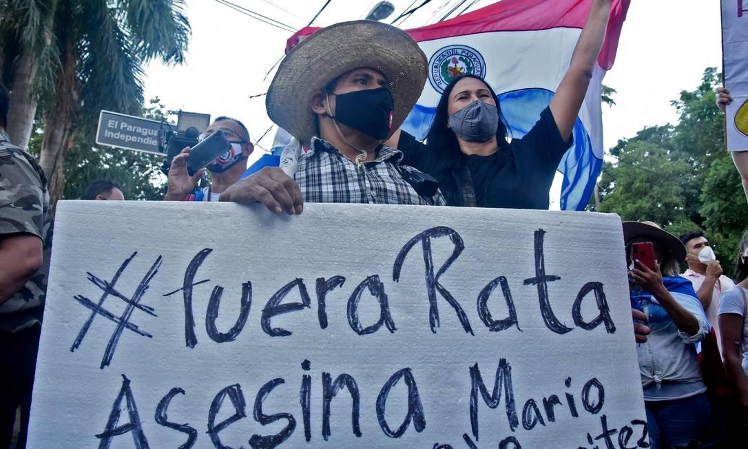 """""""Fora rato assassino"""" diz cartaz de manifestante contra o presidente do Paraguai, Mario Abdo Benítez Foto: NORBERTO DUARTE / AFP"""