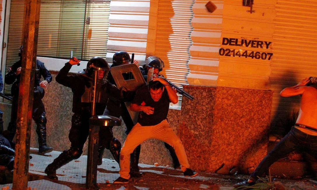 Policiais agridem manidestantes durante protestos na capital Assunção Foto: CESAR OLMEDO / REUTERS