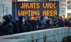 Pessoas fazem fila para serem vacinas em um centro de convenção de Manhattan; EUA estão aplicando 2 milhões de doses por dia Foto: MIKE SEGAR / REUTERS/2-2-2021