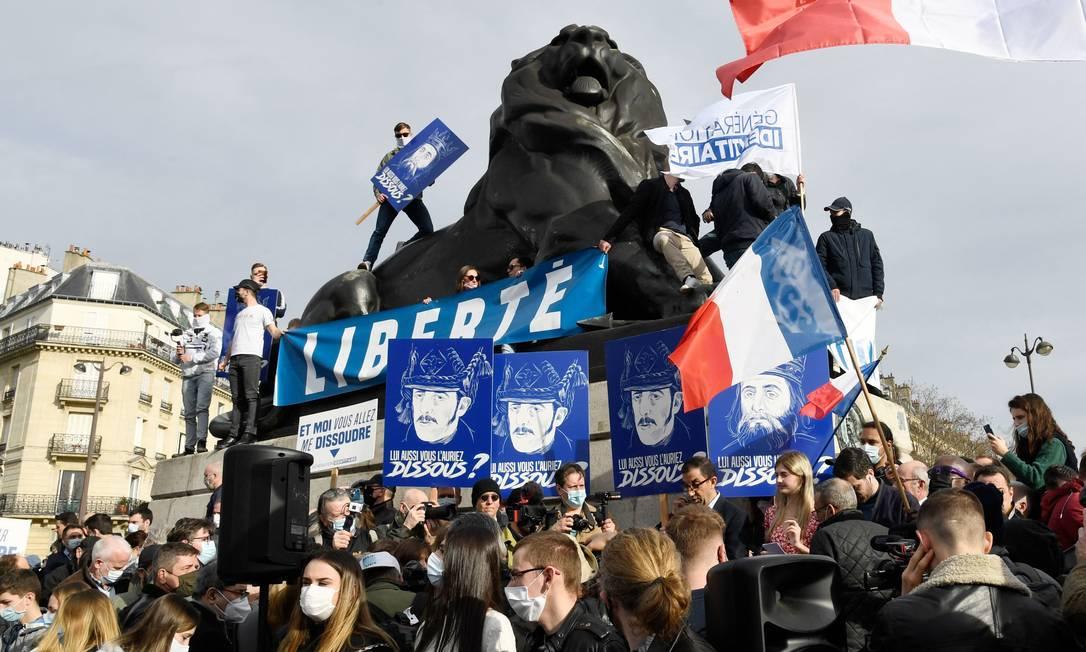 Protesto em Paris contra a dissolução do grupo Geração Identitária, acusado de formação de milícias privadas para atacar imigrantes Foto: BERTRAND GUAY / AFP/20-2-2021