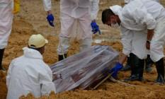 Enterro de vítima de Covid-19 no Cemitério Nossa Senhora Aparecida, em Manaus Foto: Sandro Pereira/Fotoarena / Agência O Globo/04-03-2021