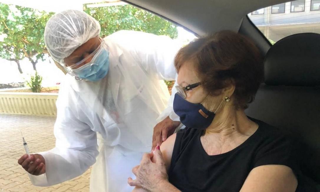 Dona Henriqueta, aos 82 anos, recebe a vacina na UFF: no mesmo dia, seu irmão Antônio, vítima da Covid, foi sepultado Foto: Álbum de família