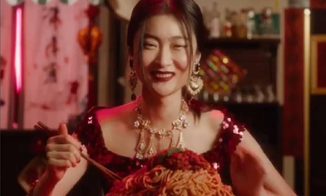 A propaganda que provocou o boicote à marca Dolce&Gabbana na China, que teve que cancelar desfile que faria no país Foto: yiling pan / Agência O Globo