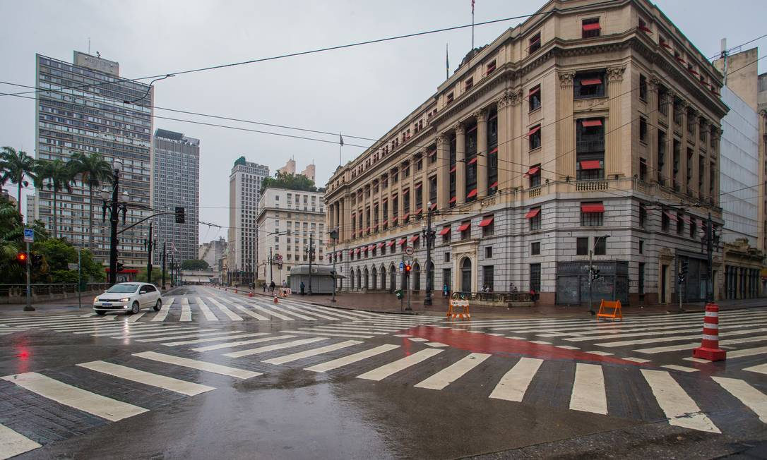 Viaduto do Chá, Praça Ramos, Centro . 07:03 Foto: Edilson Dantas / Agencia O Globo Foto: Edilson Dantas / Agência O Globo
