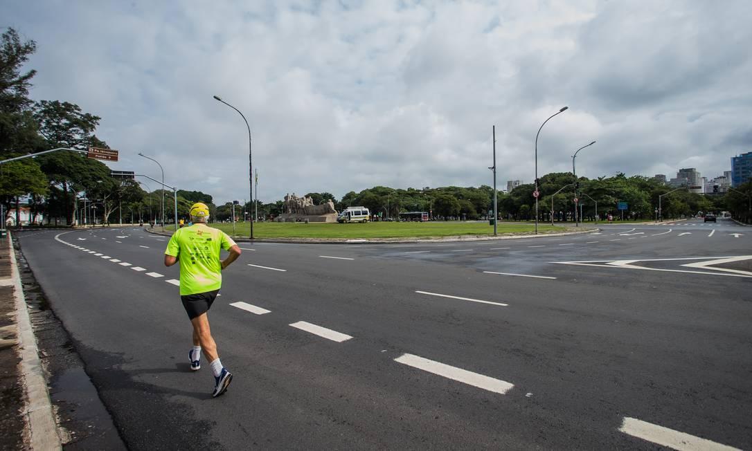 Homem solitário pratica corrida no entorno do Parque Ibirapuera Foto: Edilson Dantas / Agência O Globo