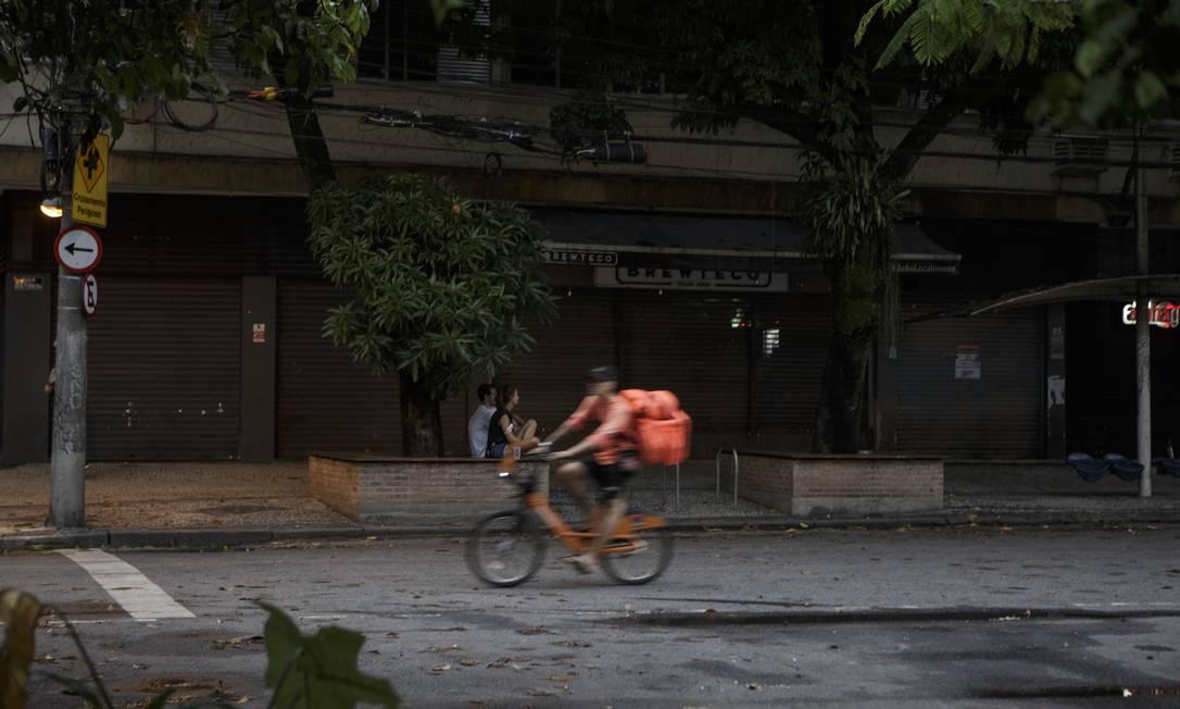 Rua Dias Ferreira, no Leblon, com bares e restaurantes fechados neste primeiro domingo de restrição Foto: Alexandre Cassiano / O Globo