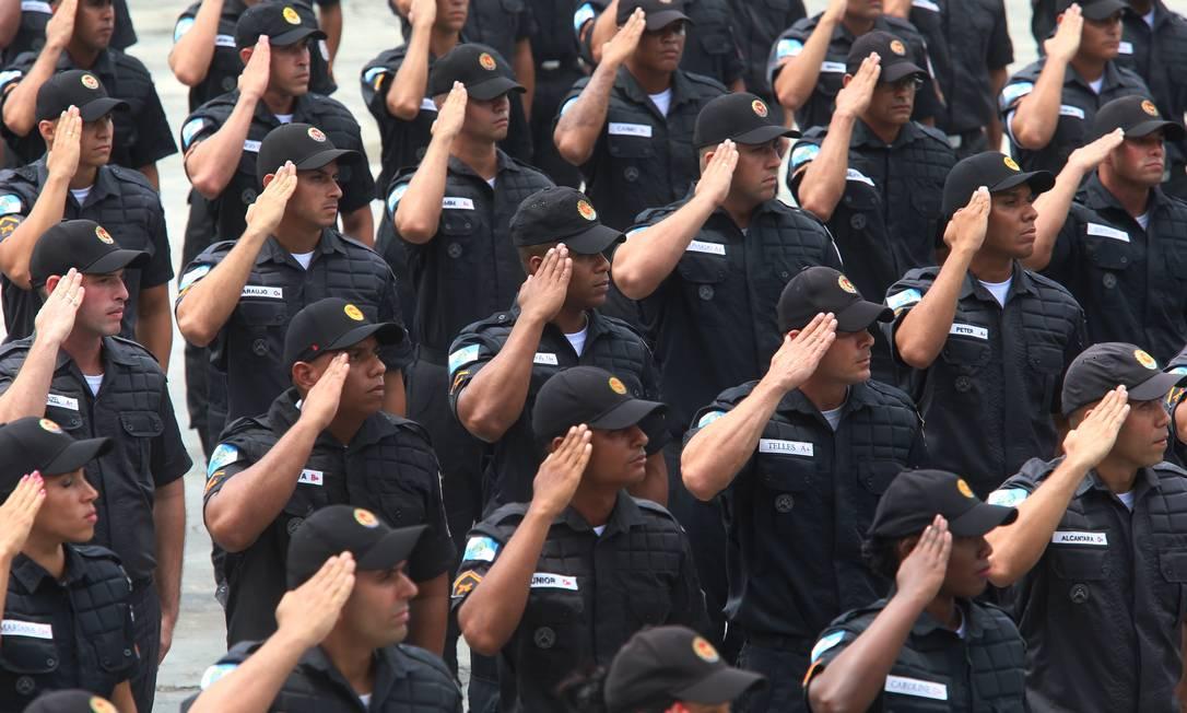 Policiais Militares em unidade em Sulacap, no Rio. Deputados querem deixá-los de fora da PEC que prevê congelar salário de servidor Foto: Fabiano Rocha / Agência O Globo