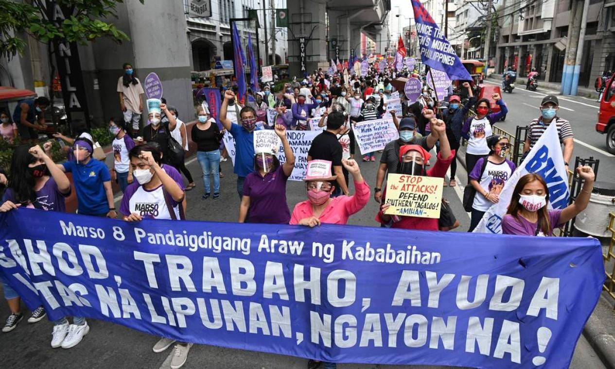 Membros do grupo de mulheres Gabriela marcham em direção ao palácio presidencial durante um protesto no Dia Internacional da Mulher em Manila, Filipinas Foto: TED ALJIBE / AFP