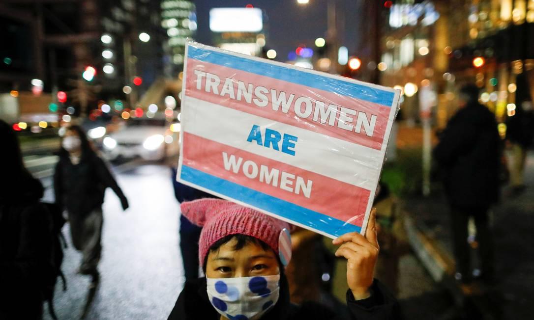 """""""Mulheres trans s?o mulheres"""", diz cartaz de manifestante em marcha por igualdade de gênero e protesto contra a discrimina??o de gênero, em Tóquio, Jap?o Foto: ISSEI KATO / REUTERS"""