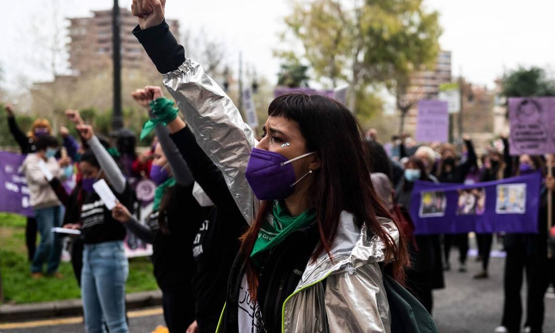 Mulheres participam de uma manifesta??o que marca o Dia Internacional da Mulher em Valência, mesmo diante da situa??o de emergência sanitária na Espanha, onde os protestos foram mantidos, apesar de menor quantidade de pessoas que nem outros anos Foto: JOSE JORDAN / AFP