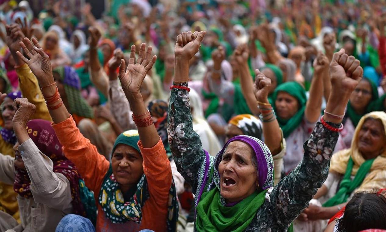 Mulheres dos estados vizinhos de Punjab e Haryana se reúnem para se juntar aos agricultores que continuam a protestar contra as recentes reformas agrícolas do governo central na fronteira de Tikri, em Nova Delhi Foto: IDREES MOHAMMED / AFP