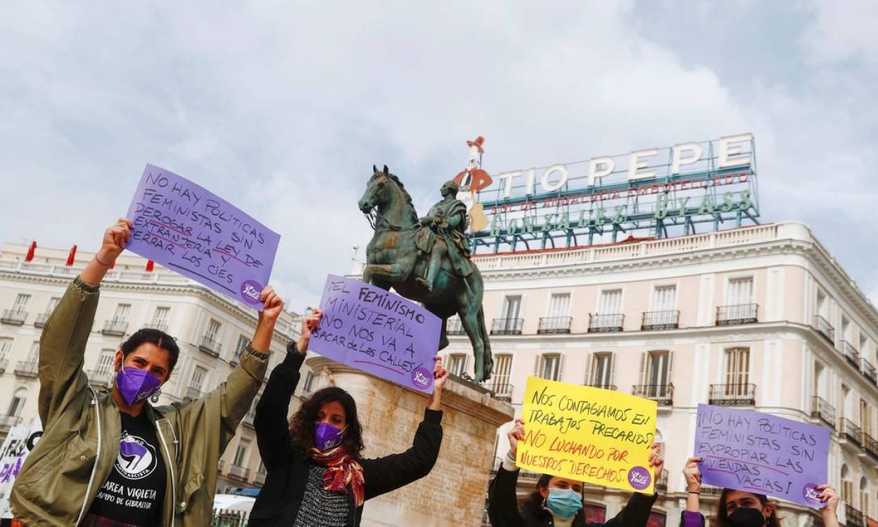 Pessoas se reúnem em uma manifestação para marcar o Dia Internacional da Mulher, apesar de terem sido proibidas pelas autoridades locais devido às restrições devido à pandemia, na praça Porta do Sol, onde fica o Marco Zero de Madrid, Espanha Foto: SERGIO PEREZ / REUTERS