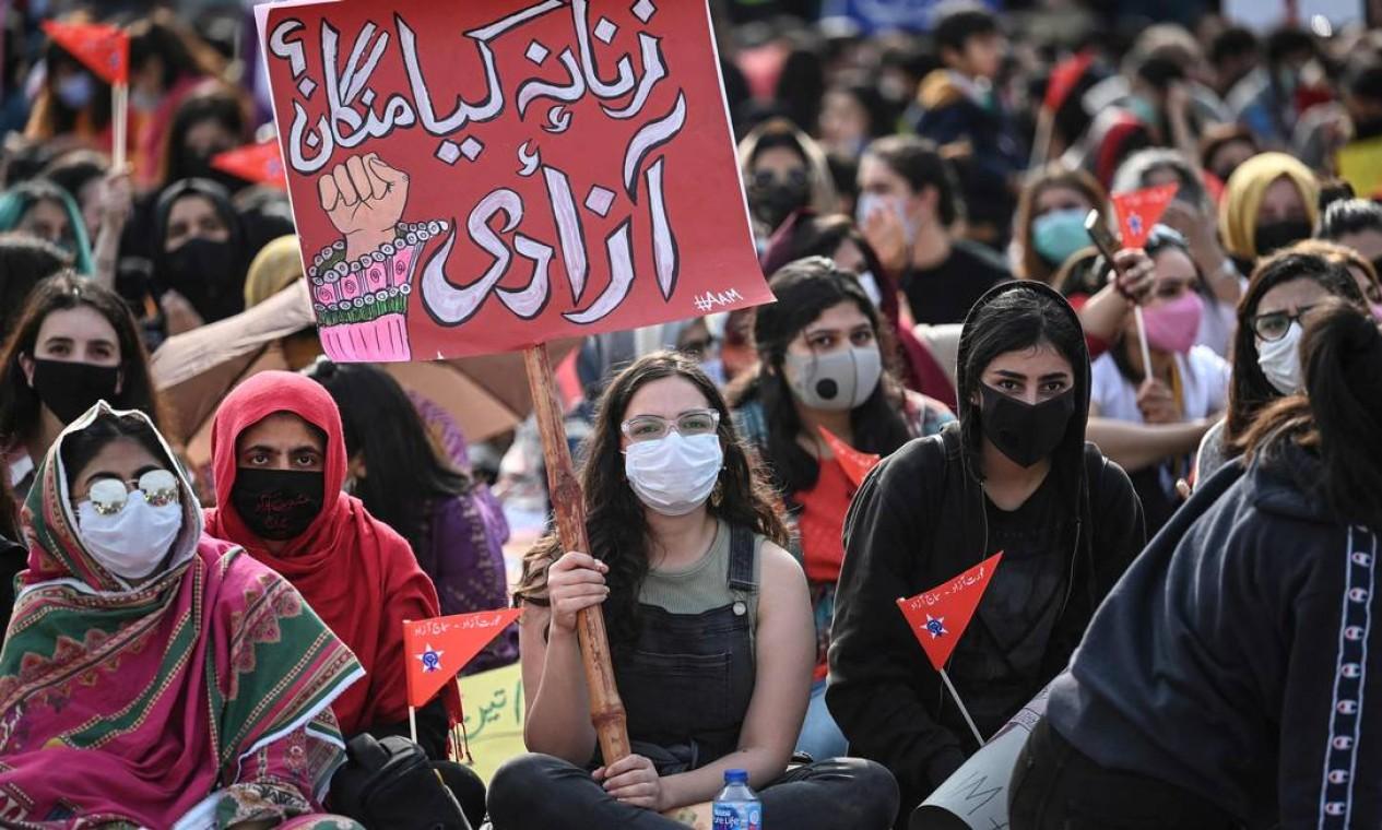 Ativistas da Marcha Aurat carregam cartazes durante uma manifestação para marcar o Dia Internacional da Mulher em Islamabad, capital do Paquistão Foto: AAMIR QURESHI / AFP
