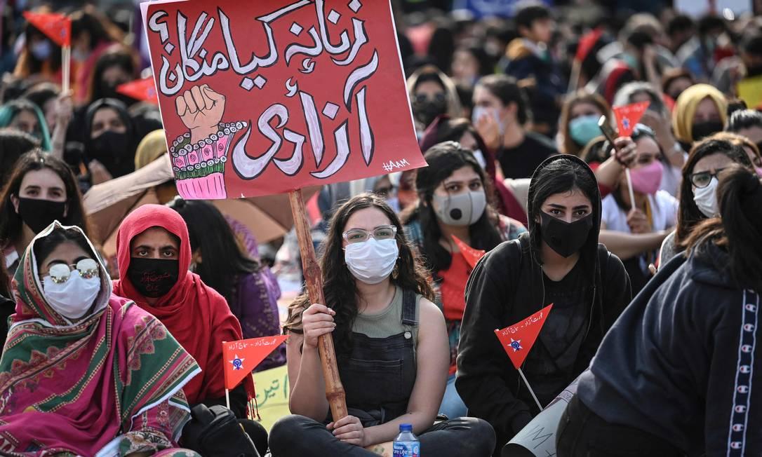 Ativistas da Marcha Aurat carregam cartazes durante uma manifesta??o para marcar o Dia Internacional da Mulher em Islamabad, capital do Paquist?o Foto: AAMIR QURESHI / AFP
