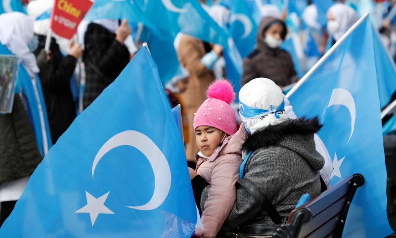 Manifestantes étnicos uigures acenam bandeiras do Turquestão Oriental durante uma reunião por ocasião do Dia Internacional da Mulher para protestar contra o tratamento dado pela China aos uigures, em Istambul, Turquia, 8 de março de 2021. REUTERS / Murad Sezer Foto: MURAD SEZER / REUTERS