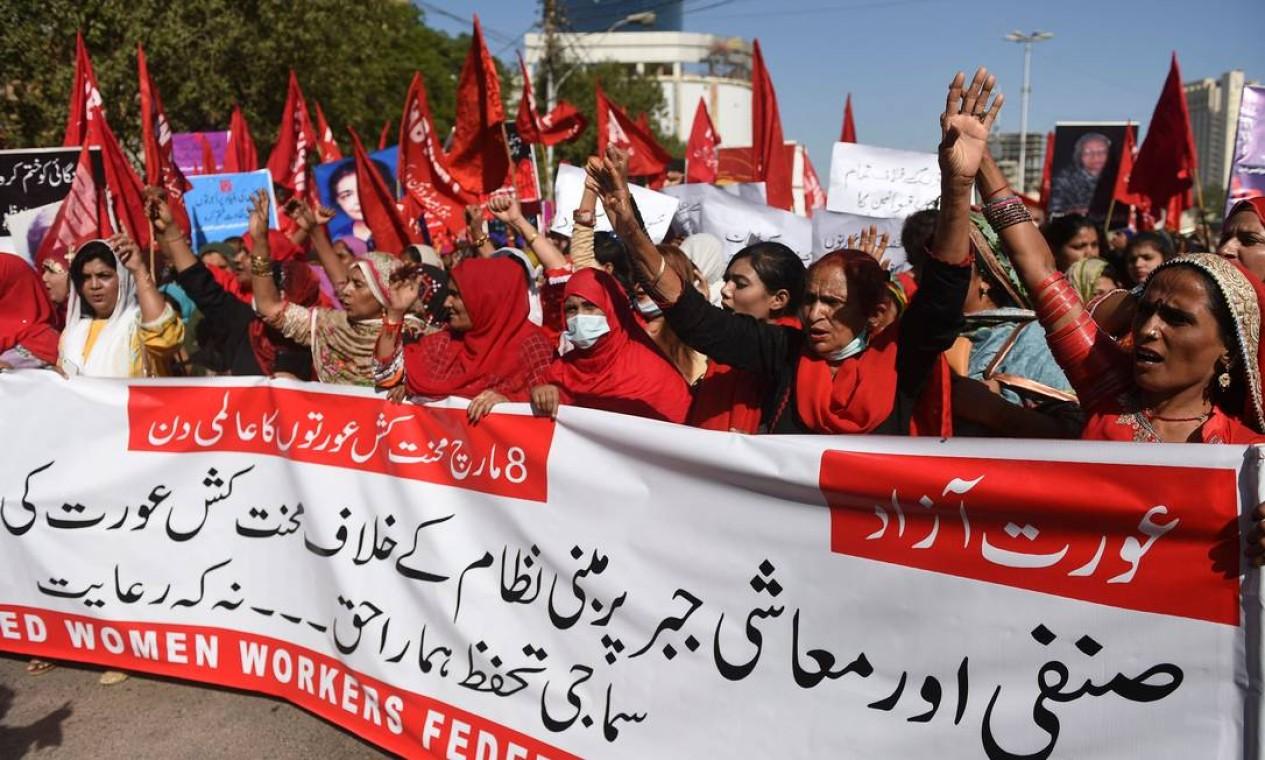 Mulheres protestam em Karachi, Paquistão, para marcar o Dia Internacional da Mulher Foto: RIZWAN TABASSUM / AFP
