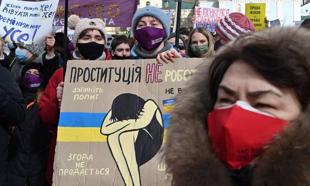 Ativistas marcham pelo Dia Internacional da Mulher na capital ucraniana, Kiev Foto: SERGEI SUPINSKY / AFP