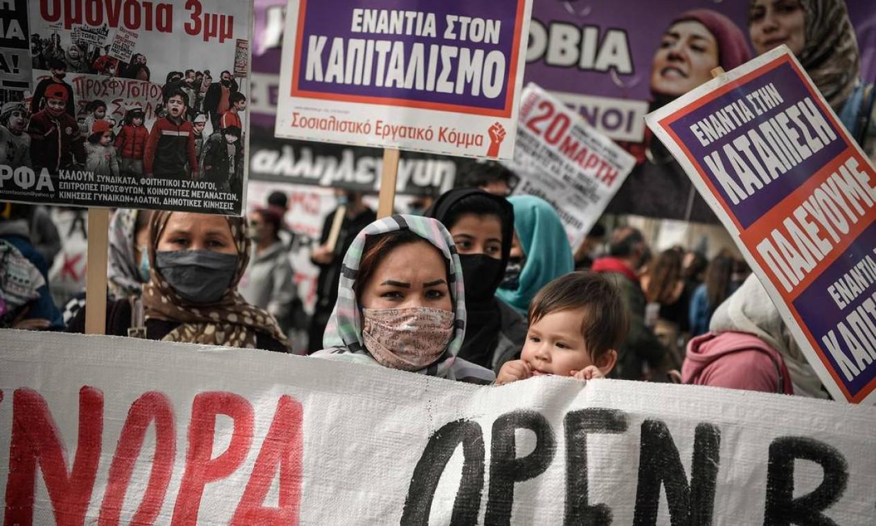 Mulheres e famílias refugiadas, exigem respeito aos seus direitos em protesto no Dia Internacional da Mulher, na capital grega Atenas Foto: LOUISA GOULIAMAKI / AFP
