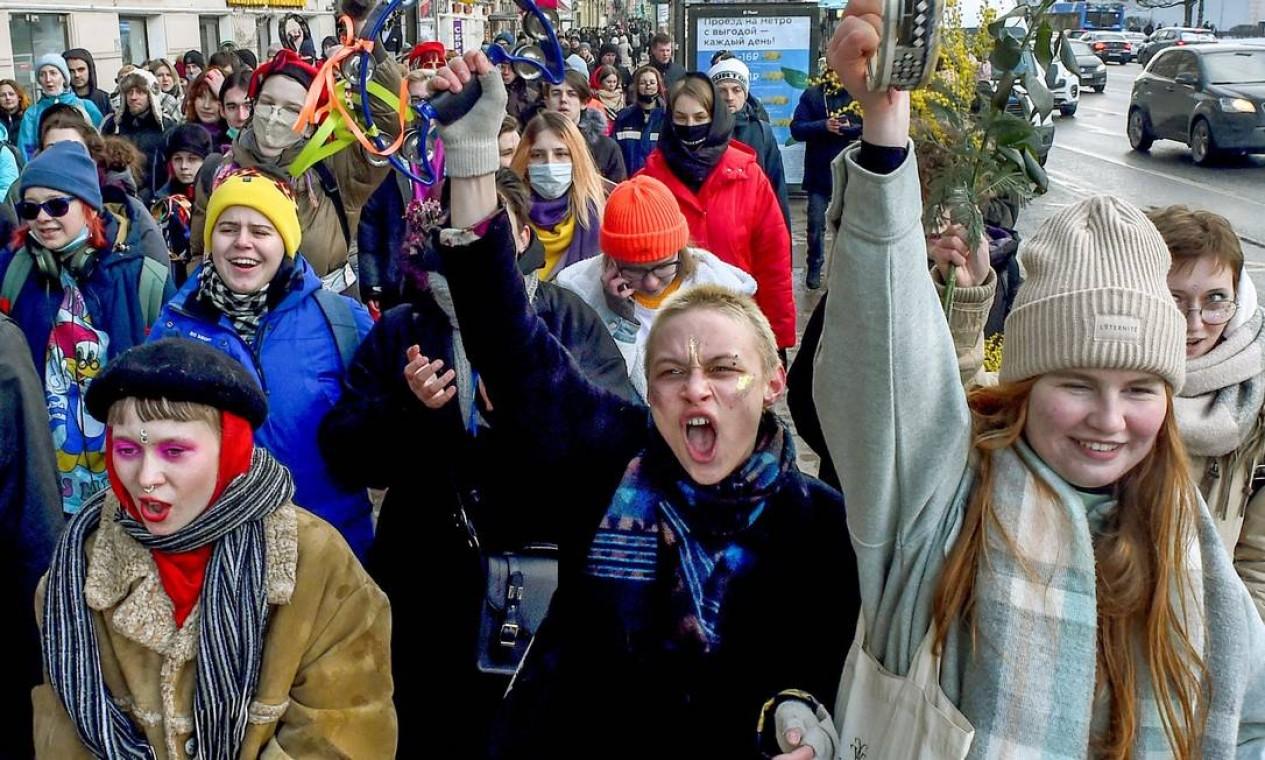Membros do movimento feminista russo marcham para marcar o Dia Internacional da Mulher em uma rua no centro de São Petersburgo Foto: OLGA MALTSEVA / AFP