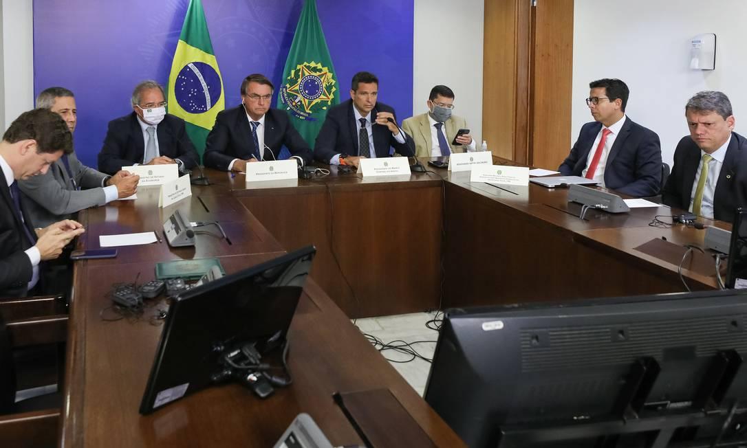 O presidente jair Bolsonaro participa, ao lado de ministros, de reunião com diretor-executivo da Pfizer Foto: Marcos Corrêa/Presidência