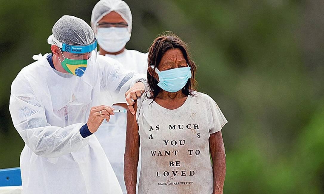 Mulher idosa da etnia hupda, da aldeia de Santo Atanásio, no Amazonas, recebe dose da vacina CoronaVac contra a Covid-19 Foto: UESLEI MARCELINO/REUTERS