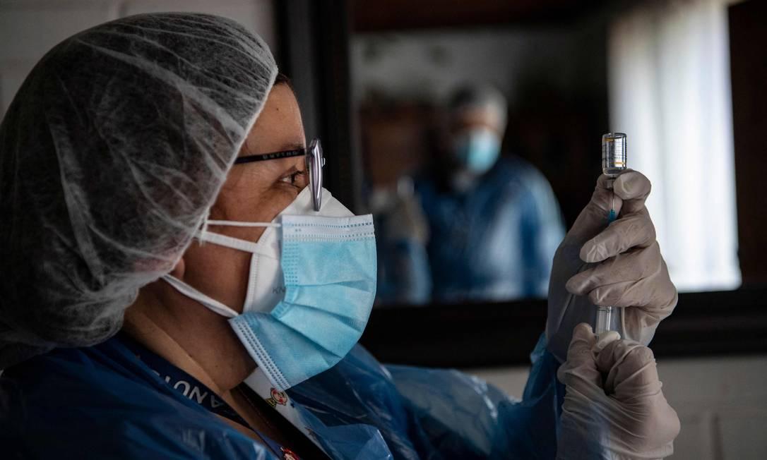 Enfermeira prepara a dose em vacina contra a Covid-19 em Santiago, no Chile Foto: MARTIN BERNETTI / AFP
