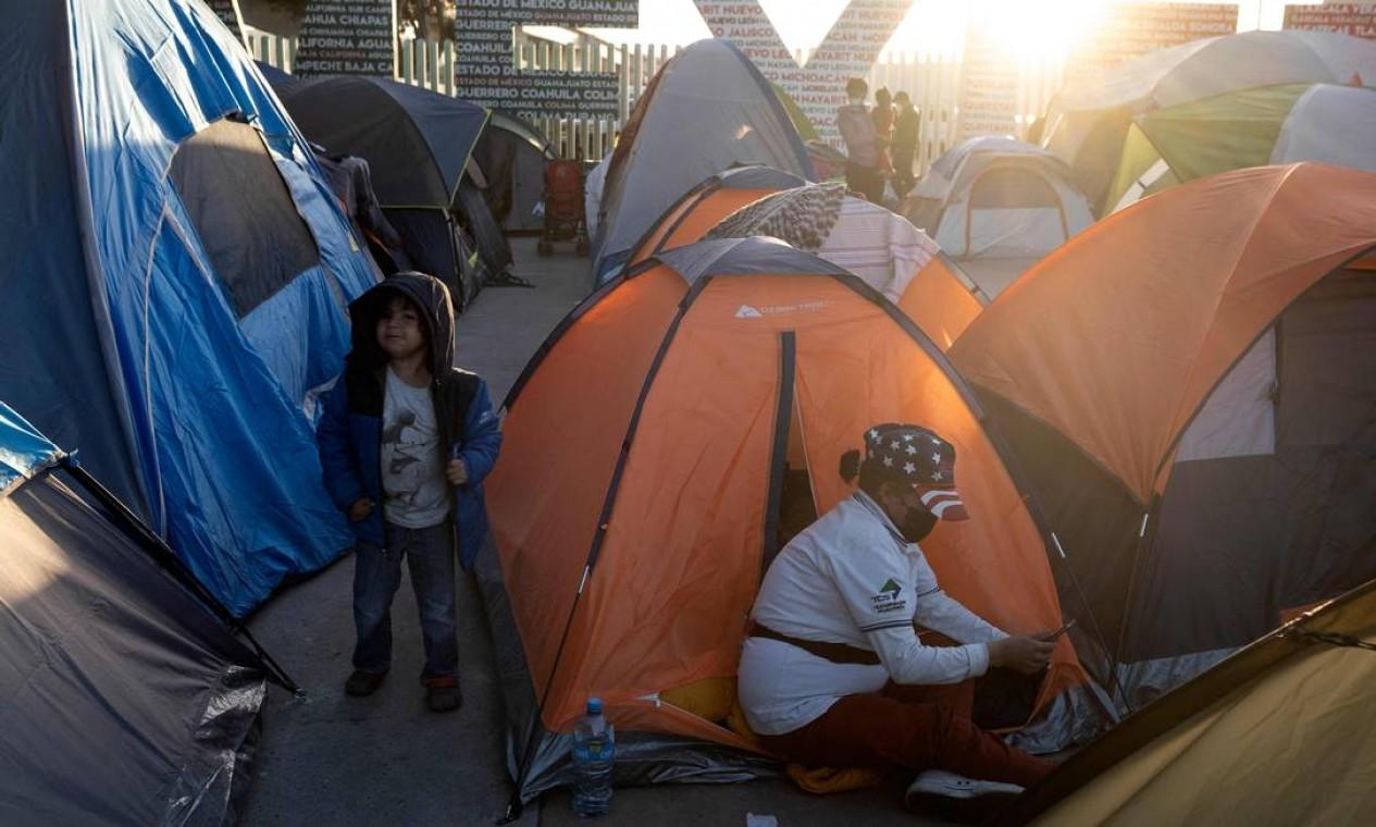 Uma família de migrantes é vista em um acampamento em Tijuana. A pressão é crescente sobre o presidente americano Joe Biden Foto: GUILLERMO ARIAS / AFP