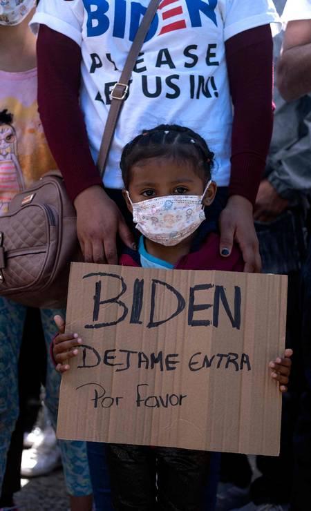 Dareli Matamoros, uma garota de Honduras, segura uma placa pedindo ao presidente Biden que a deixe entrar nos Estados Unidos durante uma manifestação de migrantes exigindo políticas de migração por parte do presidente dos EUA, Joe Biden Foto: GUILLERMO ARIAS / AFP