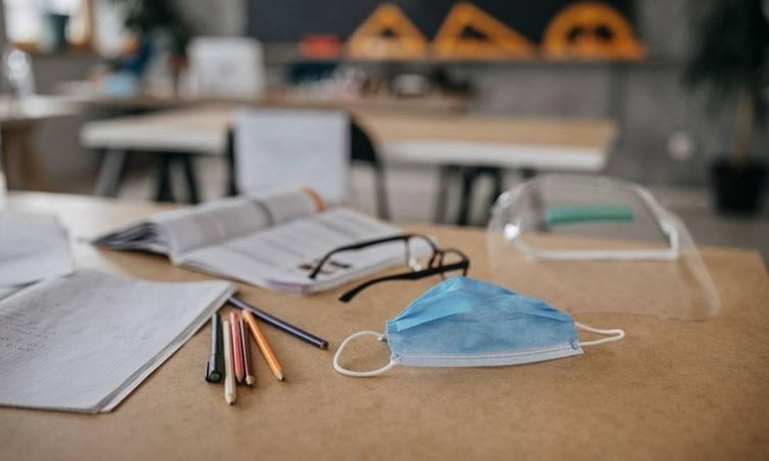 Entre orientações para retorno de aulas presenciais está uso de máscara e álcool em gel e que as janelas das salas estejam abertas Foto: Getty Images