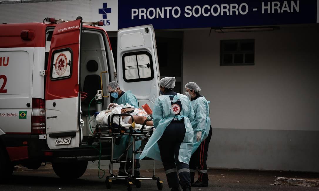 Pacientes com Covid-19 são transferidos do HRAN, Hospital Regional da Asa Norte, em Brasília Foto: Pablo Jacob / Agência O Globo