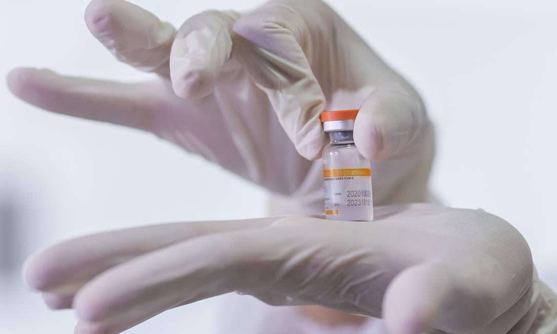 Frasco de CoronaVac nas mãos de profissional de saúde durante vacinação em um asilo de São Paulo em 21 de janeiro de 2021 Foto: Edilson Dantas / Agência O Globo