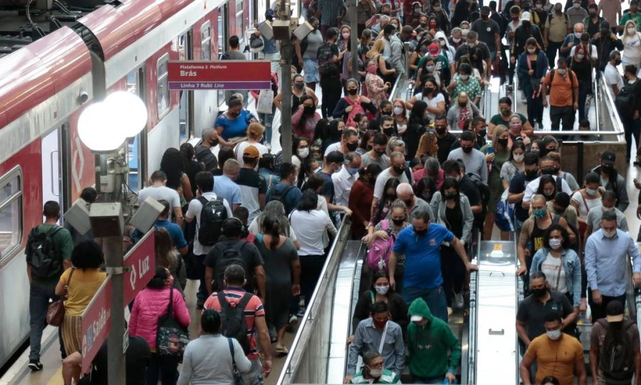 Quando o poder público nega a ciência ao povo. Dezenas de passageiros caminham após desembarcar do trem na estação da Luz, no centro de São Paulo. Nas grandes metrópoles brasileiras, enquanto se discursa sobre distanciamento social, cenas de aglomeração no transporte são comuns Foto: Miguel Schincariol / AFP - 05/03/2021