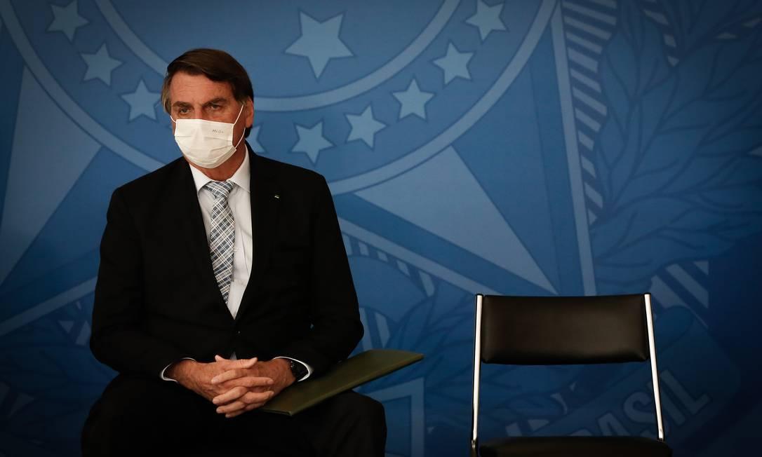 Usando máscara, o presidente Jair Bolsonaro participa de um evento no Palácio do Planalto Foto: Pablo Jacob/Agência O Globo