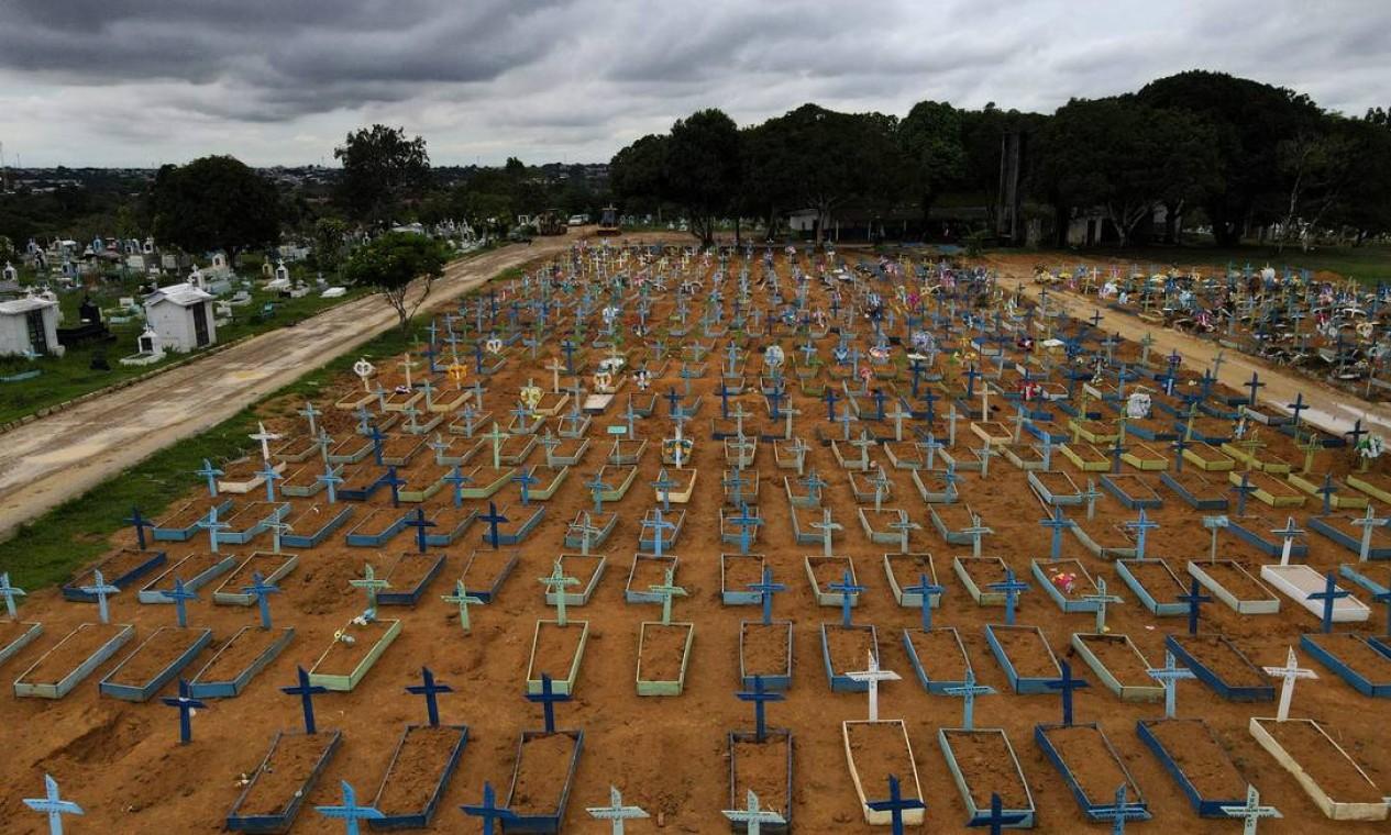 Vista aérea do cemitério do Parque Tarumã em meio à crise do coronavírus, em Manaus, Amazonas Foto: Bruno Kelly / Reuters - 25/02/2021
