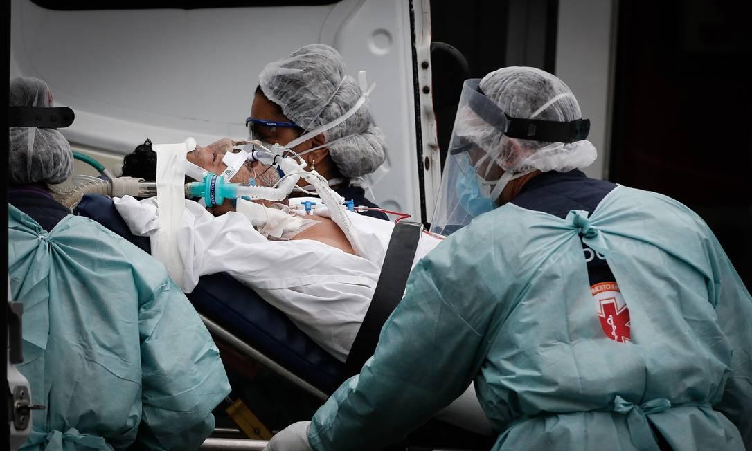 Pacientes com Covid-19 são transferidos do Hospital Regional da Asa Norte (HRAN), que é referencia no tratamento da doença, em Brasília. Aumento nos casos de Covid-19 causa forte impacto na rede de hospitais no Distrito Federal, que enfrenta lockdown para tentar conter a disseminação do vírus que já matou quase 270 mil brasileiros Foto: Pablo Jacob / Agência O Globo - 10/03/2021