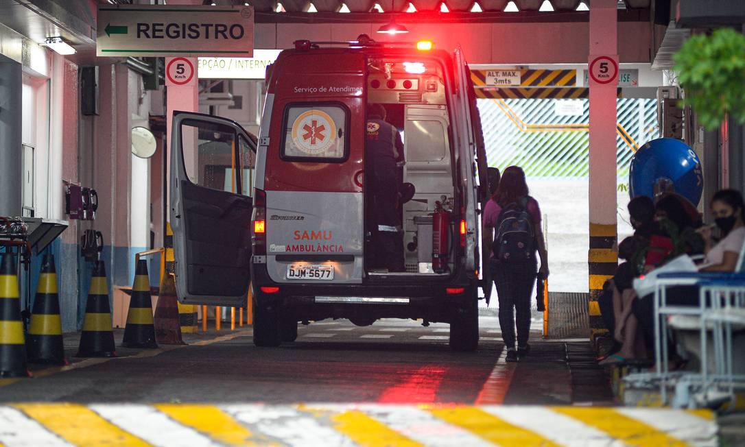 Chegada de ambulância na Santa Casa de Santo Amaro, em São Paulo (SP), em foto de 2 de março de 2021 Foto: Marco Ankosqui / Agência O Globo