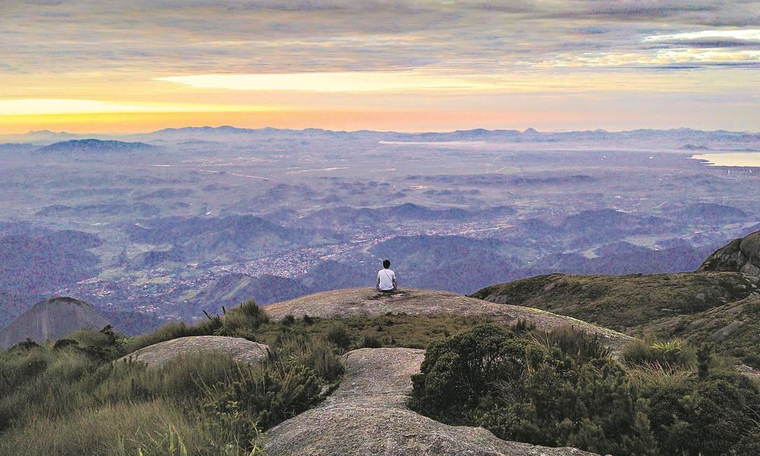 Vista a partir do topo da Pedra do Sino, no Parque Nacional da Serra dos Órgãos, em Teresópolis, Região Serrana do Rio de Janeiro Foto: Alexandrebvd / Creative Commons / Reprodução