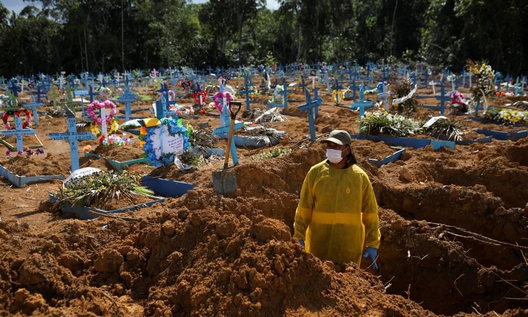 Cemitério com novas covas, em Manaus, no fim de 2020 Foto: Bruno Kelly / Reuters