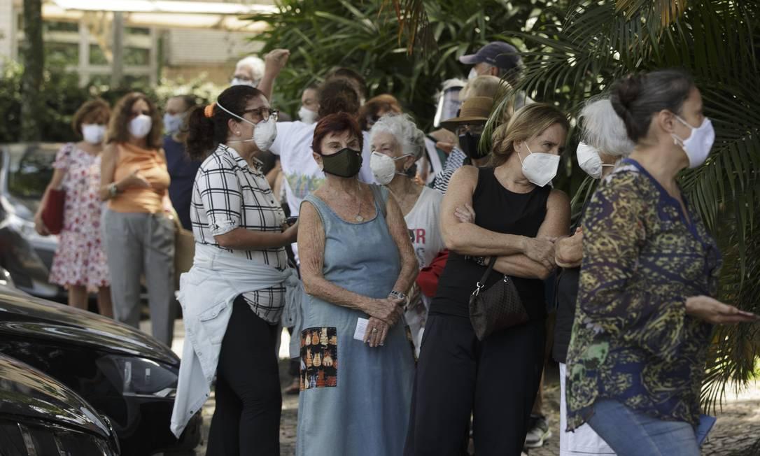 Fila de vacinação da segunda dose no posto montado dentro do Planetário da Gávea Foto: Márcia Foletto / Agência O Globo