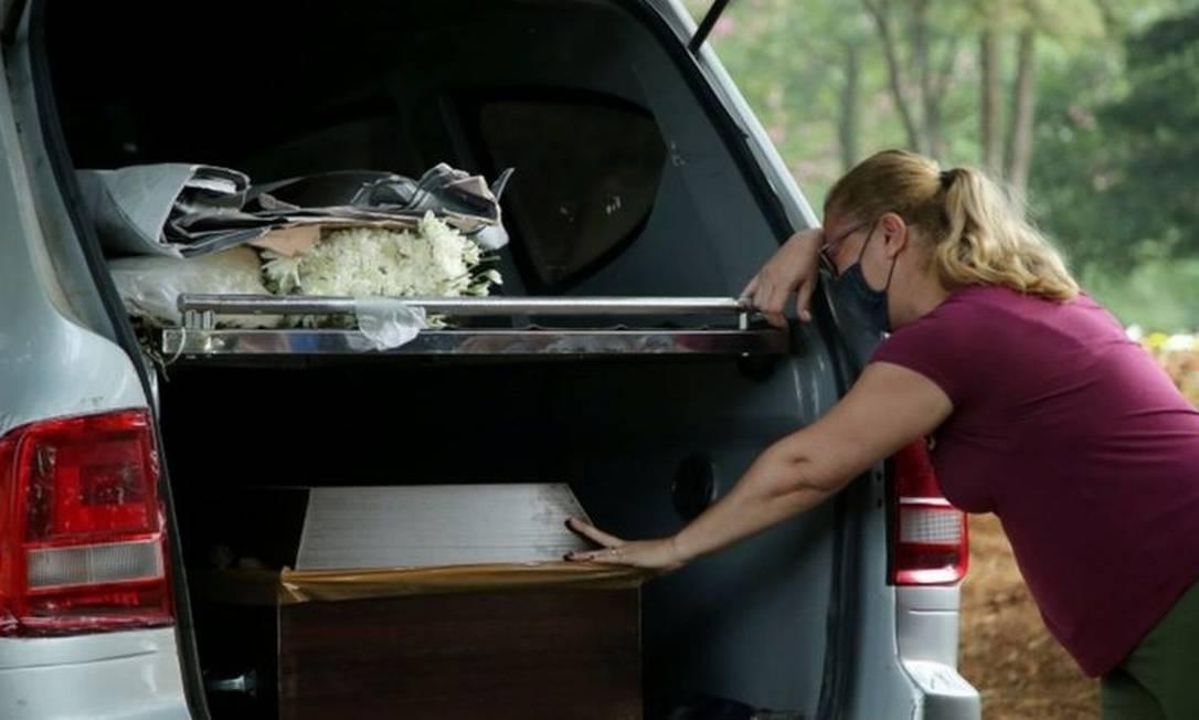 Mulher chora no enterro em São Paulo de Tereza Santos, uma das 270 mil vítimas da covid-19 no Brasil Foto: Carla Carniel / Reuters