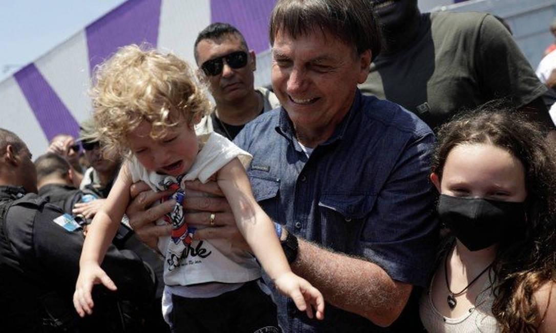O presidente Jair Bolsonaro utilizou a máscara contra a Covid (obrigatória para as eleições) apenas ao votar na seção da Escola municipal da Vila Militar, em Deodoro, na Zona Oeste do Rio Foto: Reuters - 15/11/2020
